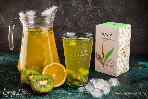 На дно стаканов положите лед, а сверху налейте ароматный витаминный чай.