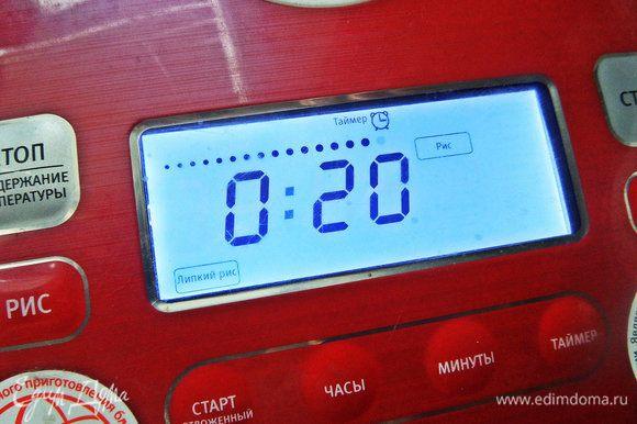 Залила водой и забыла на 20 минут, потом автоматом включается программа удержания температуры. То, что нам и надо для лепки шариков. В японских ресторанах стоят специальные рисоварки с подогревом.