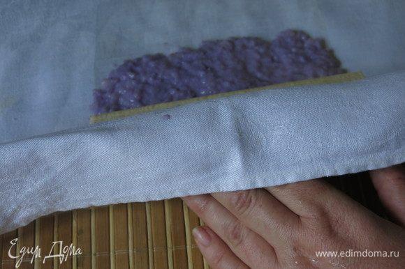 Заворачиваем банан в рис с помощью макисы и салфетки. Если переувлажнить бумагу, то она пристанет к салфетке, влажная сторона бумаги должна быть к рису, тогда ткань легко отсоединится от бумаги.