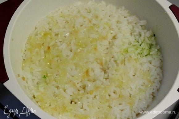 Закрыть крышкой и готовить на маленьком огне 25-30 минут до готовности риса.