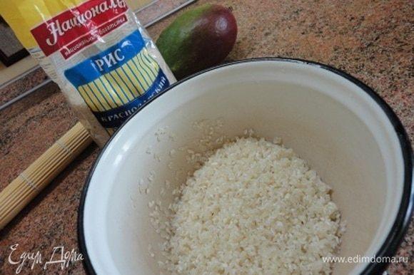 Рис Краснодарский ТМ «Националь» (стакан объемом 200 мл) промыть. В закипающее молоко добавить сахар, ванильный сахар, соль и рис. Убавить огонь и варить, помешивая, пока рис не впитает всю жидкость и станет мягким.
