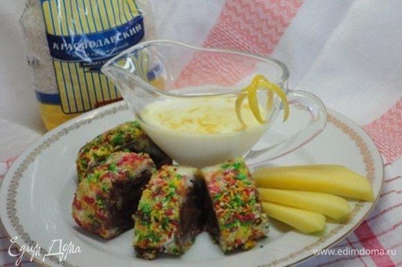 Чтобы красиво нарезать, помещаем роллы в морозильную камеру на 15-20 минут. За это время приготовим соус: смешаем молоко со сгущенным молоком и цедрой.