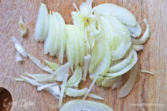 Нарезать половинку луковицы.