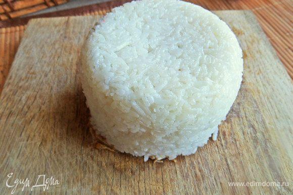 Накрыть дощечкой или плоской тарелкой и резко перевернуть. Провести ножом по краю и снять миску.