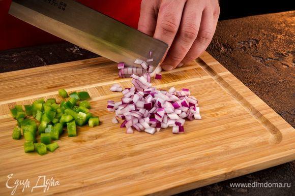 Зеленый болгарский перец и красный лук нарезать кубиками.