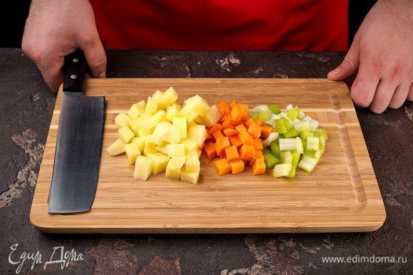 Картофель, морковь и сельдерей нарежьте крупными кусочками.