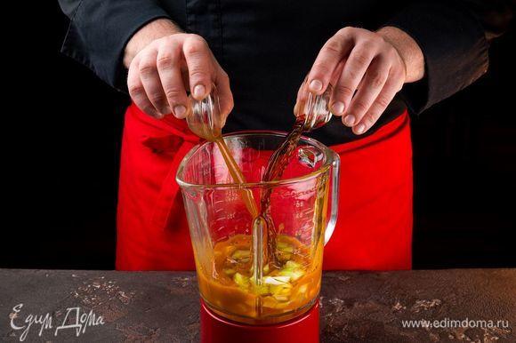Добавьте оливковое масло, чеснок, соль и перец по вкусу, соус табаско. Снова перемешайте в блендере.