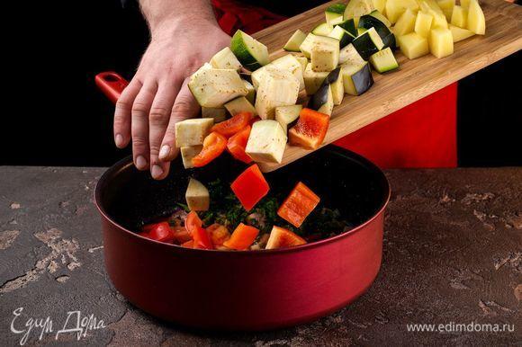 Далее добавьте болгарский перец, затем кабачки, баклажаны, картофель, чеснок, помидоры.