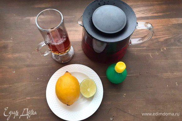 Выложить в стакан лед (можно дробленый). Нарезать лимон ломтиками. Также добавить к напитку.