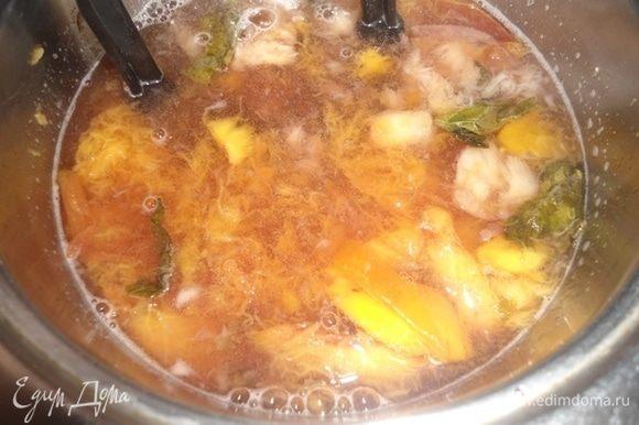 Размять персики давилкой для картофеля и проварить еще 5–7 минут.