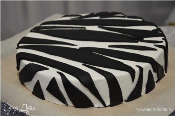 Ганаш застыл, можно покрывать мастикой. Этот вариант украшения очень простой: покрываем торт белой мастикой, а из черной вырезаем произвольные полосочки и выкладываем в произвольном порядке на торт.