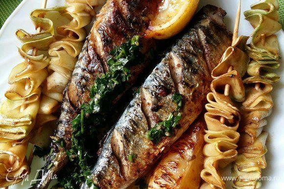 Выложим на блюдо и позовем всех к столу. Мне сегодня никого не пришлось уговаривать попробовать рыбку. :)