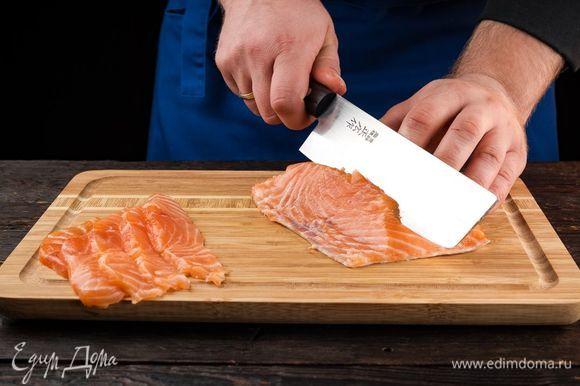 Для приготовления рыбных джерки подойдет разная рыба. Более жирная будет храниться недолго, но выиграет во вкусе. Лучше использовать охлажденное рыбное филе. Очистите горбушу от кожи и костей, нарежьте на полоски толщиной 5 мм.