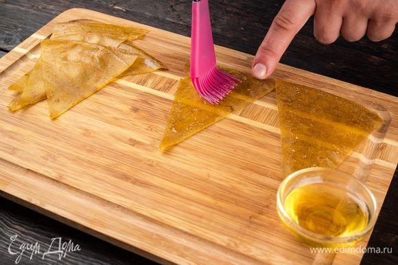 Готовую пастилу нарежьте на полоски, каждую смажьте медом.