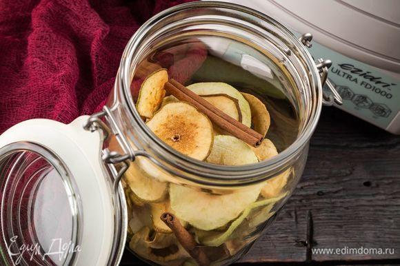 Готовые фруктовые чипсы можно посыпать корицей. Храните в стеклянных баночках в прохладном темном месте. Полезное угощение для детей и взрослых!