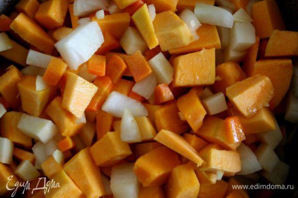 В глубоком сотейнике растопить масло, добавить куски тыквы, лук, чеснок, морковь и картофель. Постоянно помешивая, обжарить на сильном огне, затем влить горячий бульон и варить около 20 минут.