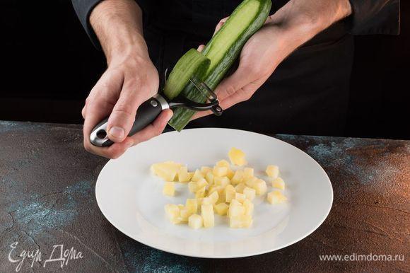 Огурцы нарежьте полосками с помощью овощечистки.
