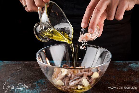 Добавьте соль, измельченный чеснок, сок лимона и 4 ст. л. оливкового масла и оставьте мариноваться при комнатной температуре на 30 минут.