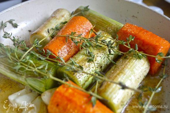 Посыпать овощи солью и перцем. Добавить сливочное масло, веточки тимьяна, раздавленный чеснок и обжарить в течение 10 минут. Добавить ракию (пару столовых ложек, огонь убавить, прикрыть сковороду крышкой (не закрывать полностью!) и потушить минут 10–20 до готовности порея. Проверить готовность просто: попробуйте проткнуть порей вилкой, если она входит легко, то — овощи готовы.