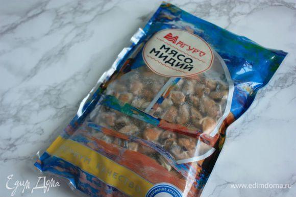 Подготовить продукты: мясо мидий ТМ «Магуро» разморозить. На 4 порции (если это горячая закуска) понадобится примерно половина упаковки.