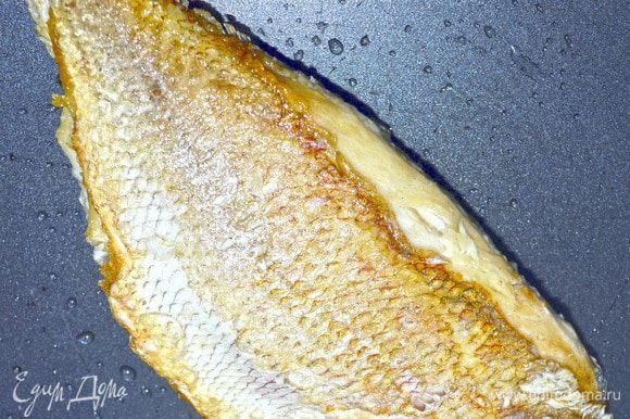 Разогреть в сотейнике масло, слегка обжарить рыбу с двух сторон, до золотистого цвета, переложить ее в смазанную маслом форму для запекания.