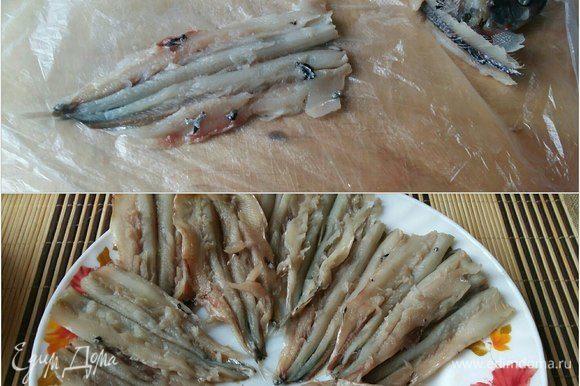 Почистить рыбу (можно взять салаку). Отделить от внутренностей, головы и хребта. Немного посолить.