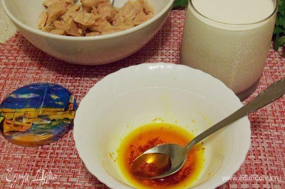 Шафран положить в миску, залить небольшим количеством кипятка и растирать до появления насыщенного цвета.