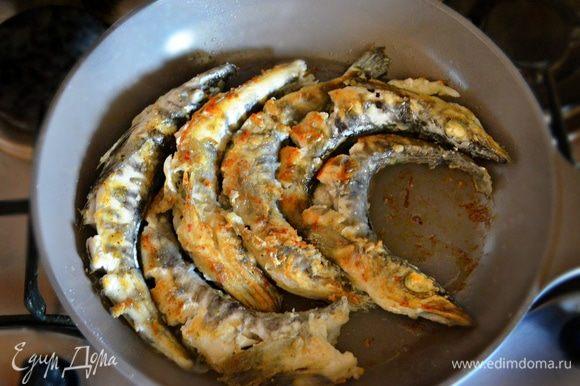 Стряхнуть лишнюю муку и обжарить рыбу в разогретом масле (понадобится 2-3 ст. л.) в течение 7-10 минут (в зависимости от размера рыбки). Переложить готовую рыбу в глубокую миску или кастрюльку, накрыв крышкой.