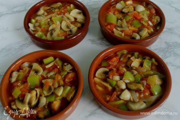 Разложить смесь в 4 формы для запекания. Посыпать нарезанной зеленью петрушки.