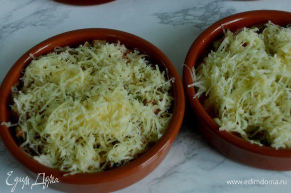 Положить сверху по кусочку оставшегося сливочного масла и посыпать сыром. Запекать в духовке около 20 минут или до золотистого верха.