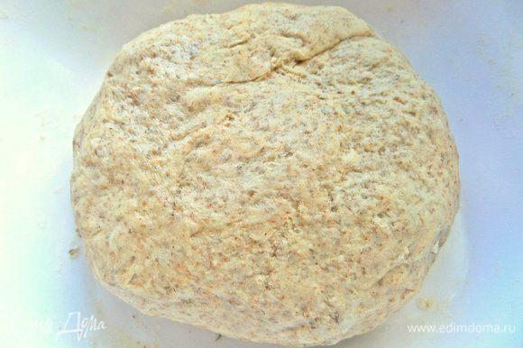 Замесить тесто в колобок и убрать в холодильник на 30 минут.