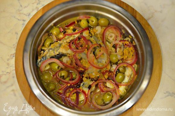 Залейте рыбу кипящим маринадом, накройте крышкой, остудите и поместите на ночь в холодильник.