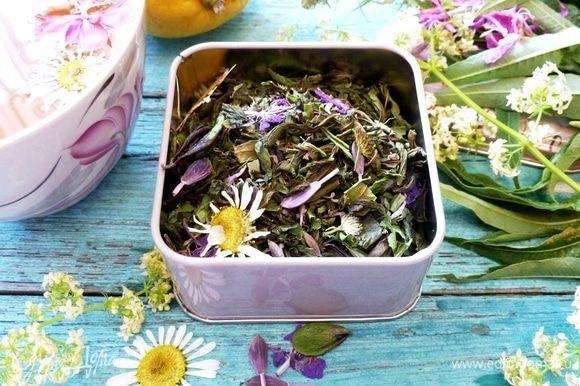 Завариваем чай из расчета 2-3 чайные ложки на 0,5 литра воды. Заливаем горячей водой и настаиваем 7-10 минут. К чаю можно подать вместо сахара сладкие сухофрукты, мед.