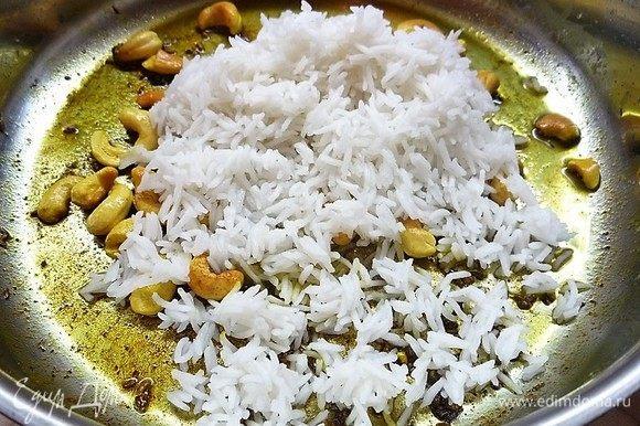 Выкладываем рис, солим по вкусу, вливаем 1 стакан кипящей воды, перемешиваем и варим под крышкой на слабом огне 10 минут, до готовности риса.