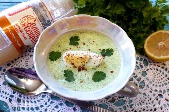 При подаче добавим в тарелку по четвертинке вареного яйца, украсим зеленью кинзы и хлопьями паприки.