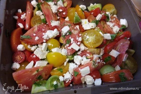 Запекать 10 минут. За это время кусочки хлеба смазать оливковым маслом, посолить и посыпать листиками тимьяна. Если вы решите добавить в салат фету, то через 10 минут необходимо достать форму с помидорами и накрошить в него фету. Отправить в духовку еще на 10 минут. Рядышком уложить гренки для запекания.