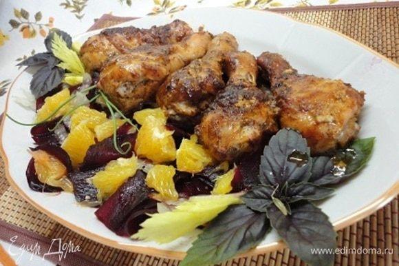 К овощам добавляем апельсин и поливаем заправкой. Ароматный гарнир готов. Подаем с не менее ароматными куриными голенями. Приятного аппетита!