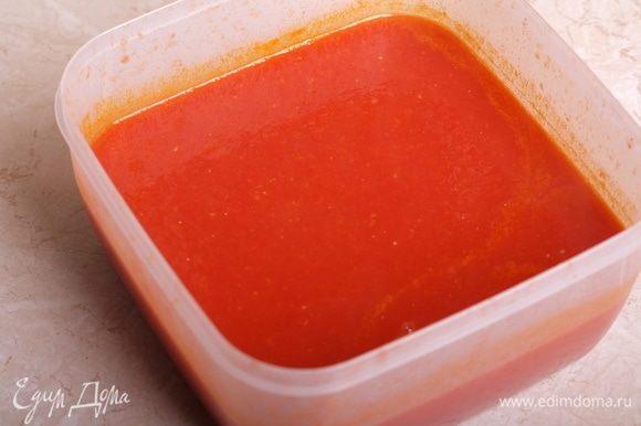 Перелить соус в дуршлаг и перетереть его, избавляясь от кожицы помидоров. Я использую специальную насадку-протирку для моего кухонного комбайна, также можно перетереть через сито.