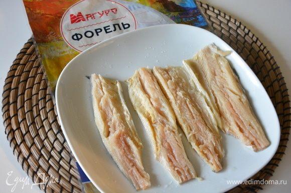 Разделать рыбку: оставить только филе с кожурой без косточек. В оригинале нужно только филе рыбы, но у этой форели такая нежная кожура, что я ее оставила. Посолить и поперчить.