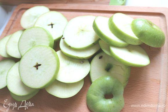 Яблоки вымыть, нарезать кружочками толщиной 1 см. Удалить семенную часть. Нижние кружочки каждого яблока должны быть целые (ничего вынимать не надо).