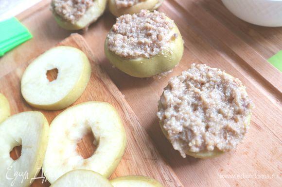 Закрыть кружочками яблок и положить еще слой орехово-шоколадной начинки. И так далее.