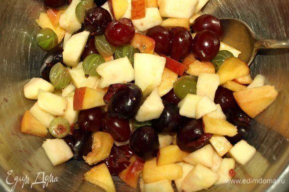 Персик и яблоко нарезать небольшими кусочками. Яблоко можно очистить от кожуры. Соединяем ягоды и фрукты. Перемешиваем.