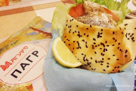 Аккуратно вложить рыбу с начинкой в лепешку. При подаче украсить долькой лимона.