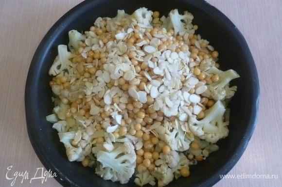 Капусту достать из духовки, перевернуть, добавить миндаль и нут. Поставить в духовку еще на 10 минут.