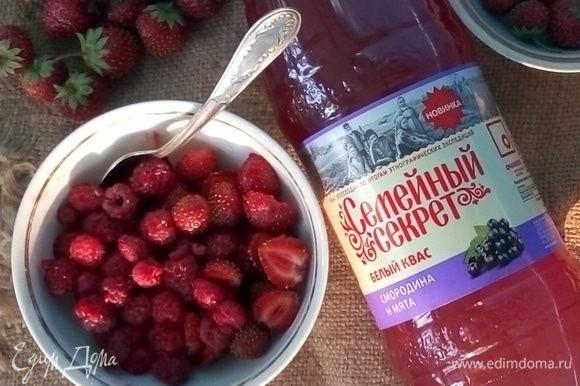 Итак, подготовленные ягоды положить в порционные миски.