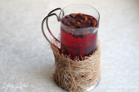 Вишневый сок довести до кипения. Также добавить в емкость для приготовления напитка. Добавить сахар.