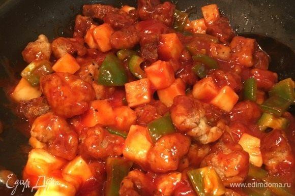Перемешайте содержимое, чтобы соус полностью покрывал кубики. Гулу жоу готово.