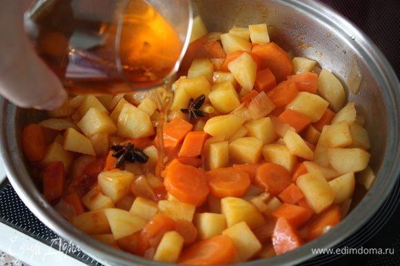 Положить к овощам томатную пасту, размешать и обжаривать 2 минуты. Добавить анис, бренди и готовить еще 2 минуты.