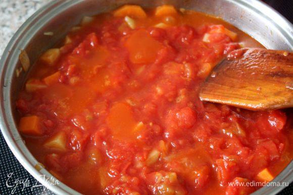Прогреть с овощами консервированные томаты, влить в сотейник примерно половину рыбного бульона, добавить шафран, довести до кипения, варить 20 минут. Положить подготовленные куски рыбы, приправить солью, перцем и тушить 10 минут.