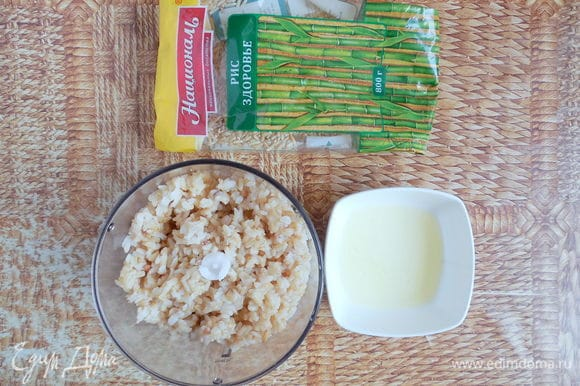 Теперь перейдем непосредственно к приготовлению крекеров. Остывший рис, белок, соль и перец поместить в чашу блендера и измельчить, пока масса не станет похожа на тесто.